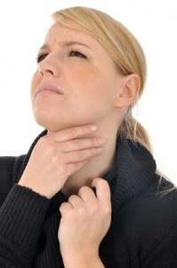 Eine Mandelentzündung geht häufig mit Halsschmerzen, allgemeinem Unwohlsein und Schluckbeschwerden einher.